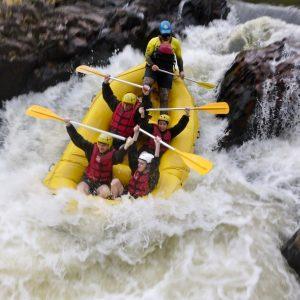 Rafting: barco descendo a cachoeira