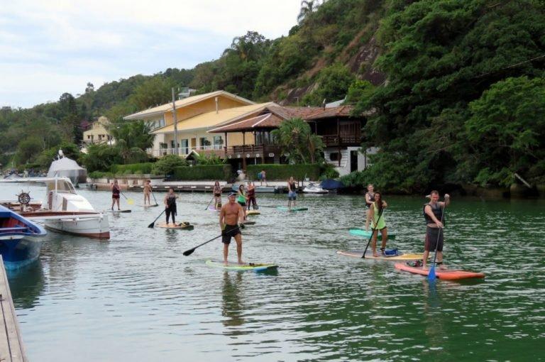Pessoas remando Standup paddle
